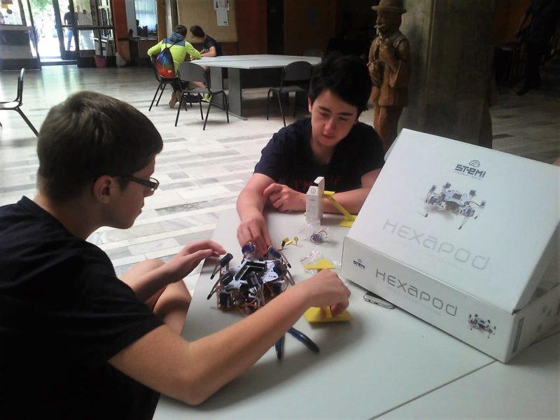 Naši učenici marljivo sastavljaju robota.